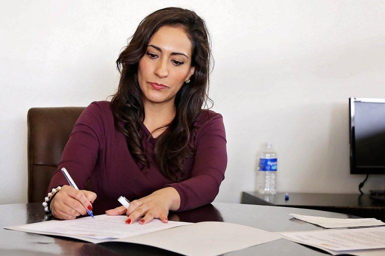 Jak zadbać o profesjonalny wizerunek w pracy? Biurowy dress code i rajstopy