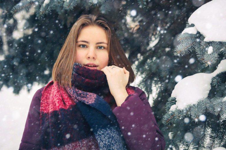 Masywny szal w zimowych stylizacjach