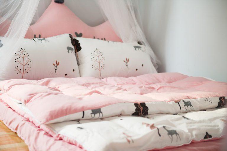Łóżko drewniane dla dziecka. Czy na pewno się sprawdzi?